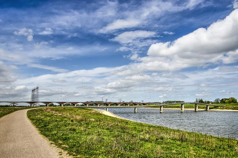 洪泛区、道路和桥梁 免版税库存照片