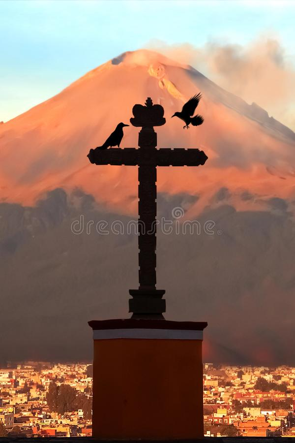 活火山波波卡特佩特和保佑的圣母玛丽亚的教会在圣佩德罗Cholula墨西哥  库存照片