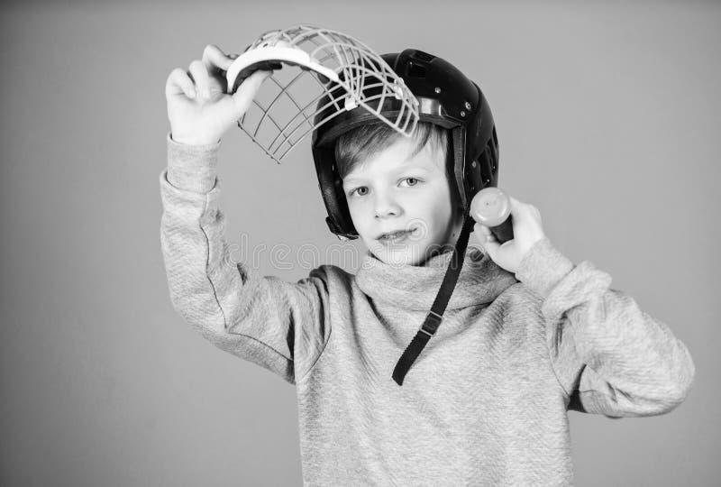 活跃休闲和生活方式 健康童年 参加棒球队 棒球训练概念 男孩在盔甲举行 库存照片