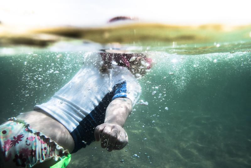 活跃儿童小孩游泳在海在夏天海滩假日期间假期概念儿童水上运动 免版税库存图片