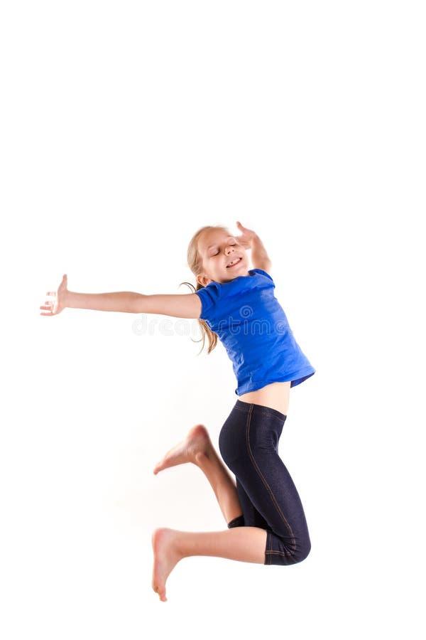 活跃愉快小女孩跳跃 免版税库存照片