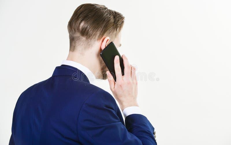 流动交涉 电话技术支持服务 商人近举行智能手机 人正装电话支持 库存照片