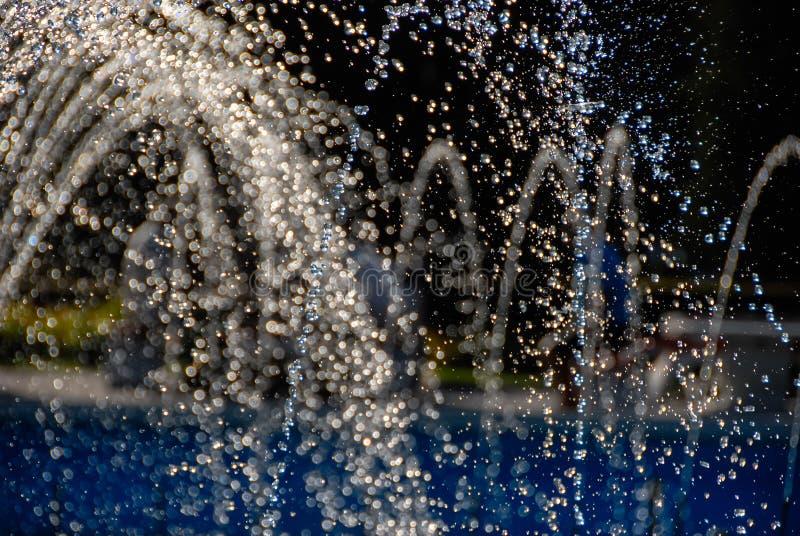 流动从喷泉的水形成小滴 免版税库存图片