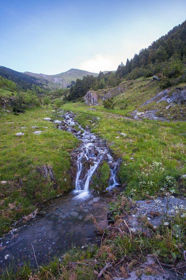 流动从安道尔山的小河 图库摄影