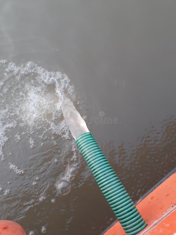 流动从水管的水 免版税库存图片