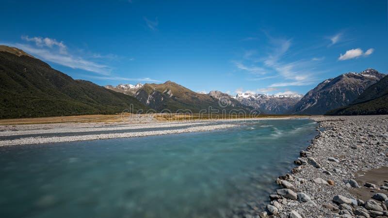 流动从阿瑟山口,新西兰山的Waimakariri河  免版税库存图片