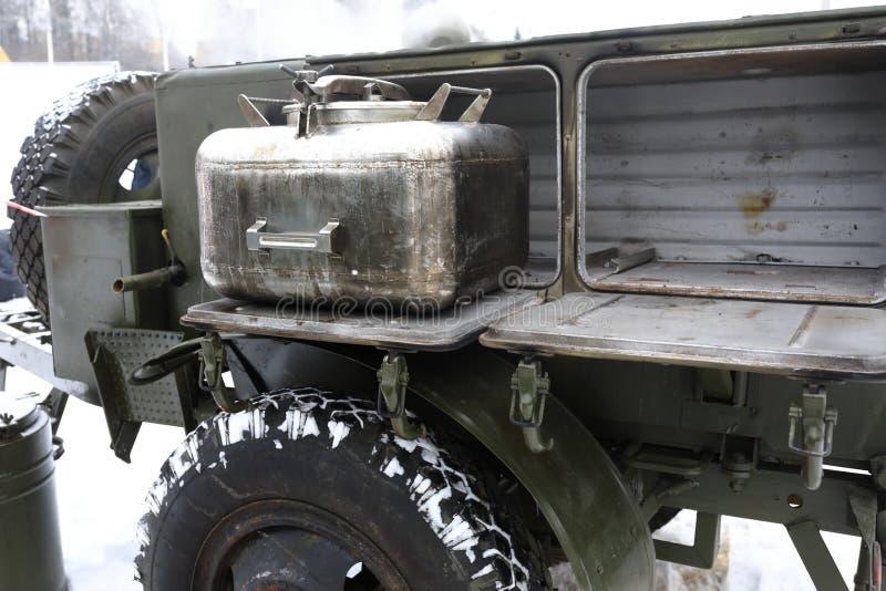 流动俄国军事野外用的全套炊具 免版税库存照片