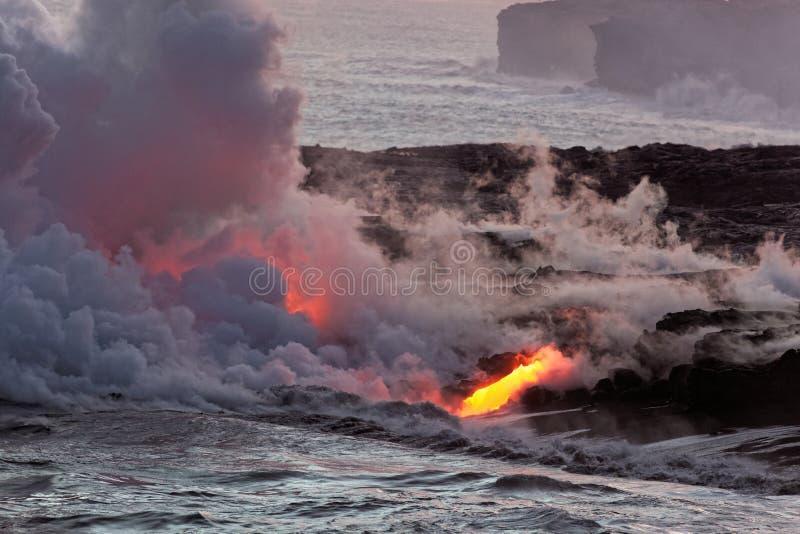 流动入海洋- Kilauea火山,夏威夷的熔岩 免版税图库摄影