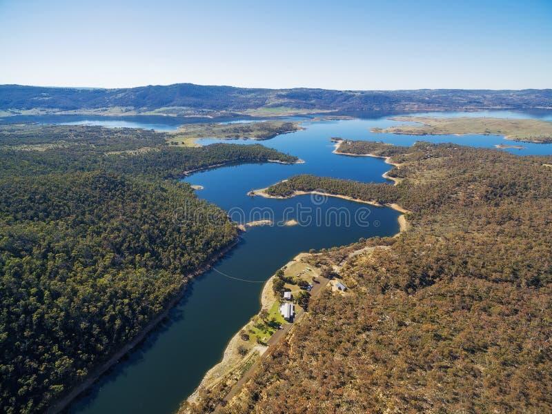 流动入湖Jindabyne,新的Sout的斯诺伊河鸟瞰图 免版税库存照片