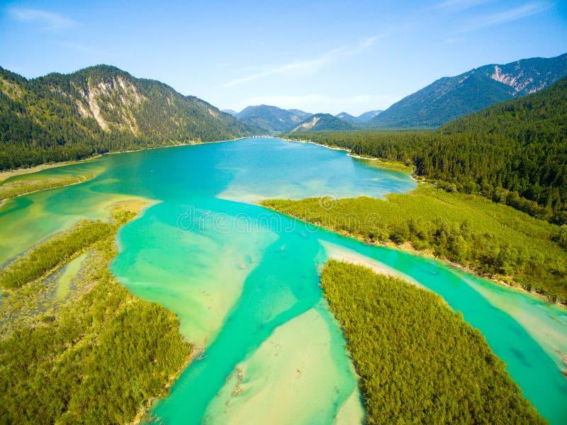 流动到Sylvenstein湖在巴法力亚阿尔卑斯的伊萨尔河河 库存照片