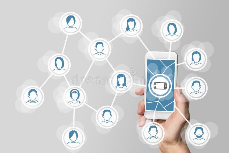 流动和社会赌博概念用拿着智能手机的手连接了到网络 免版税库存照片