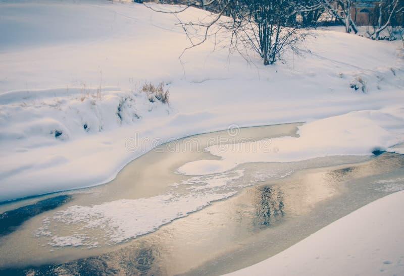 流动在冰水中 非结冰的河在冬天 免版税库存照片