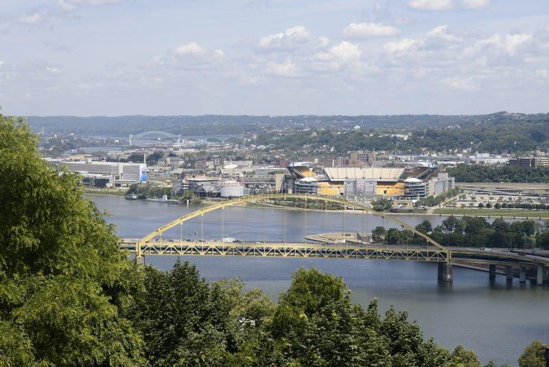 流动在堡垒皮特桥梁下的俄亥俄河的看法 免版税库存照片