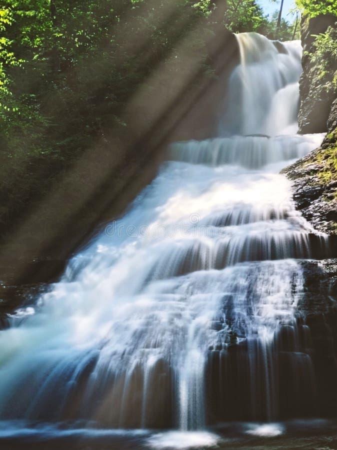流动在夏天的Dingmans秋天 免版税库存照片