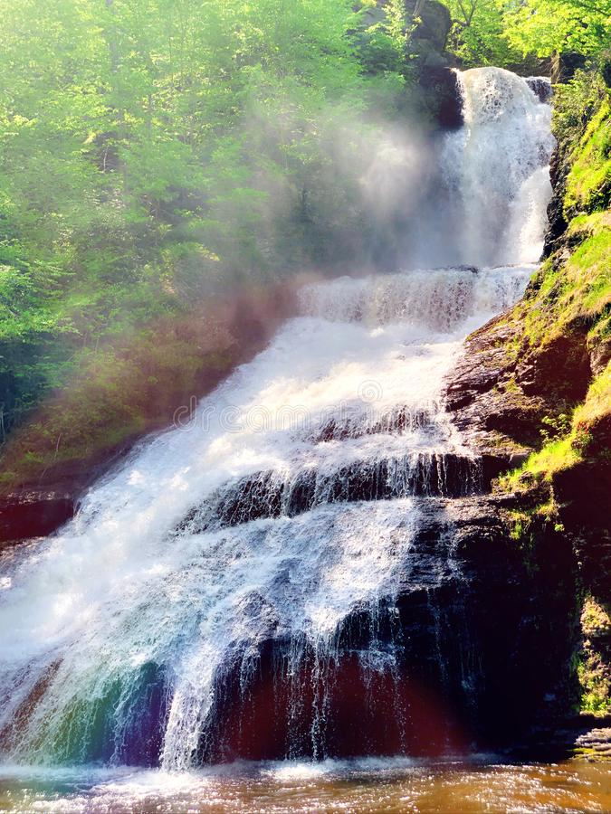 流动在夏天的Dingmans秋天 免版税库存图片