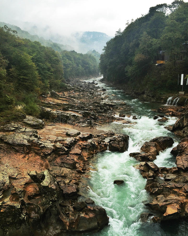 流动在峭壁之间的山河 库存照片