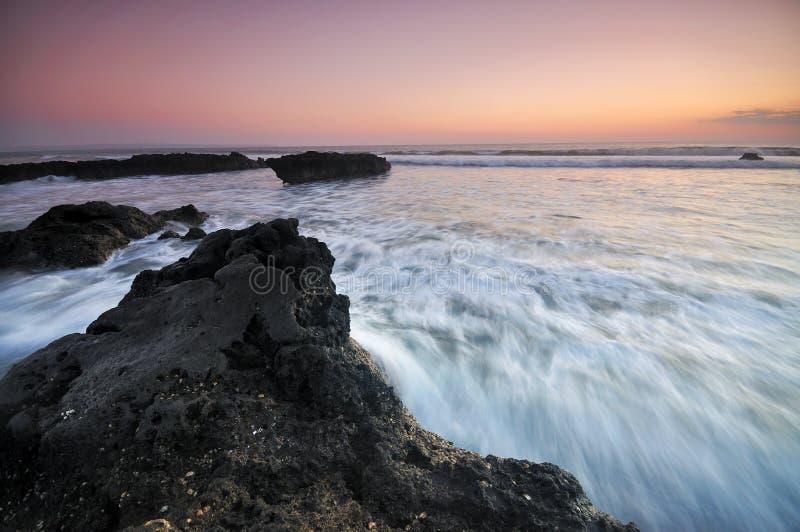 流动在日落的波浪 图库摄影