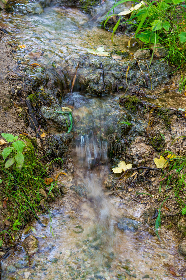 流动在洞的一点瀑布照片  库存图片