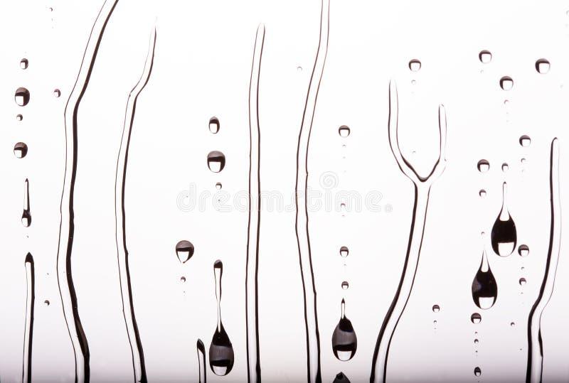 流动在玻璃下的水滴,黑白 免版税库存图片
