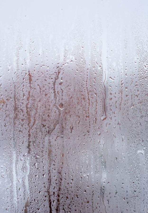 流动在玻璃的水下落下 库存图片