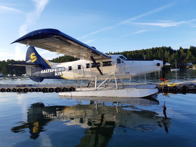 流动工飞机靠码头在码头 库存照片