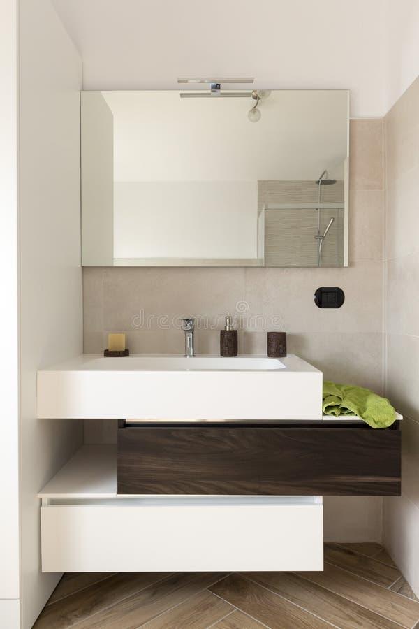 流动水槽在卫生间里 库存图片