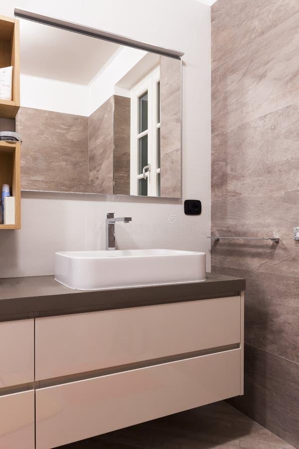 流动水槽在卫生间里 免版税库存图片