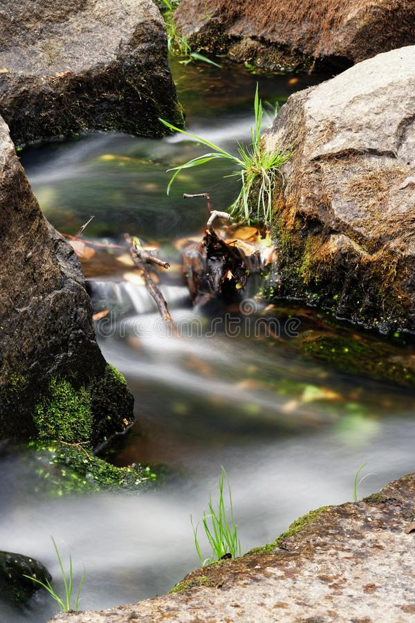 流动的水细节视图  免版税库存照片