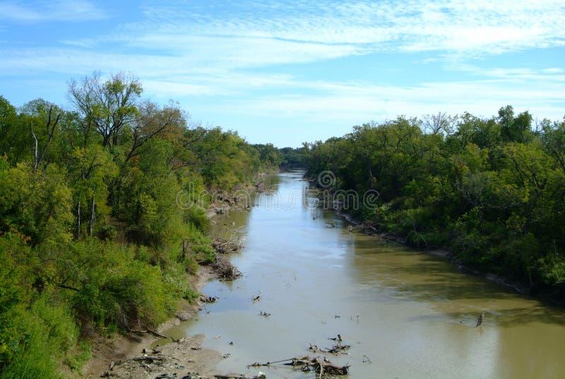 流动的河通过堤坝 免版税库存照片