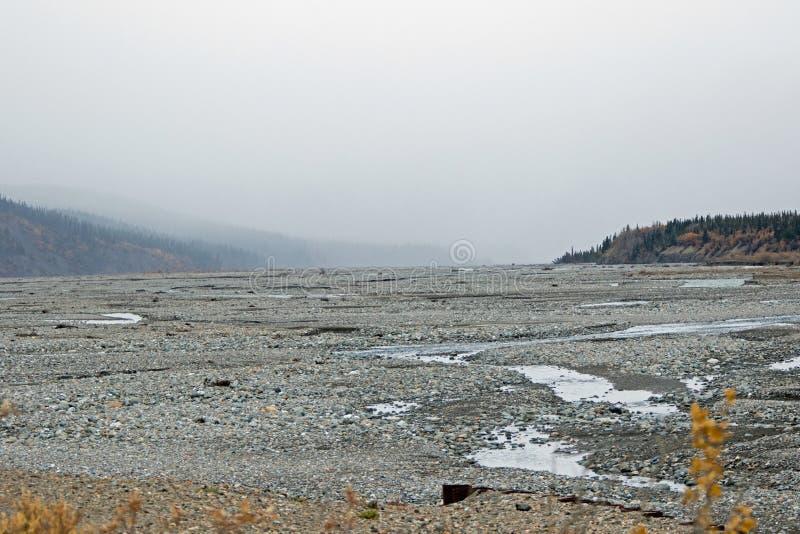 流动从山的阿拉斯加的河 免版税库存照片