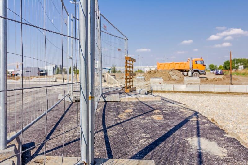流动轻的金属篱芭由许多部分被做在支持者 库存照片