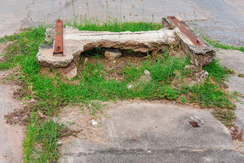 流失老具体盖子在小巷的 库存图片