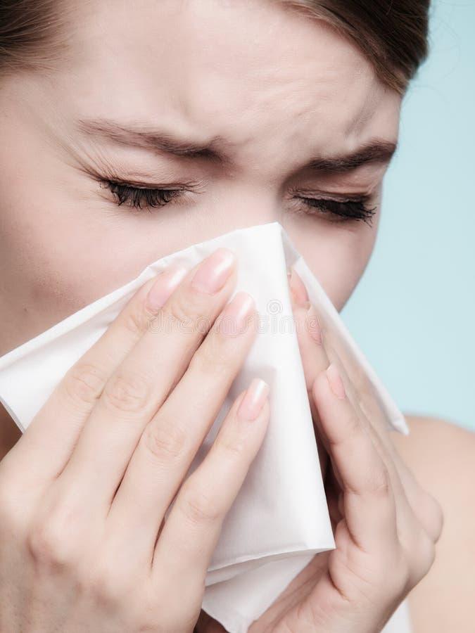 流感过敏 打喷嚏在组织的病的女孩 健康 免版税图库摄影