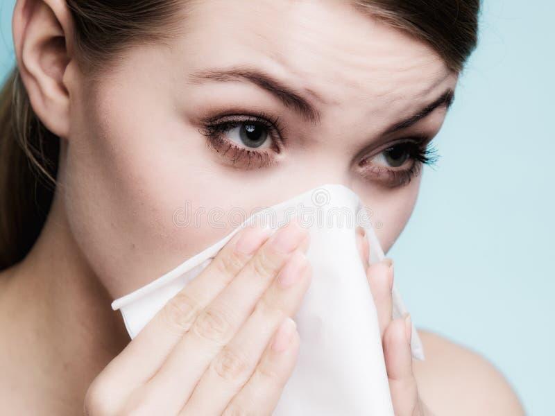 流感过敏 打喷嚏在组织的病的女孩 健康 免版税库存图片