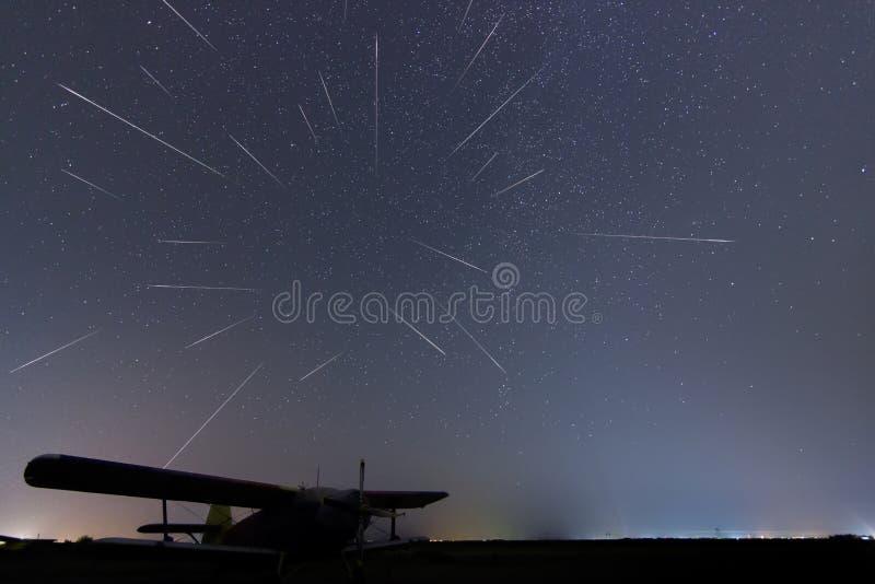 流星雨 流星 流星雨繁星之夜 Perseid流星雨 真正的夜空,繁星之夜 轻的污染 Si 免版税库存图片