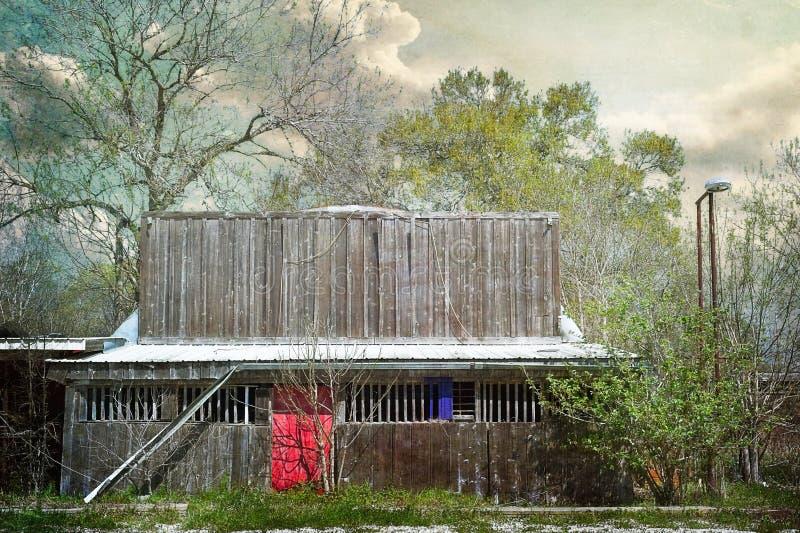 流浪汉与红色门的被放弃的大厦 库存图片