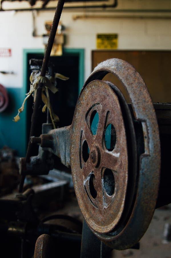 流浪汉生锈了机器-被放弃的纺织厂 库存照片
