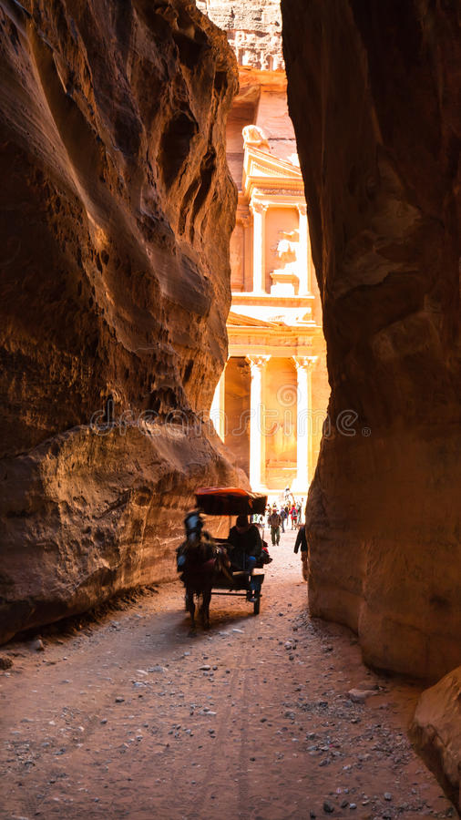 流浪的寺庙支架和看法从Al Siq的 免版税图库摄影
