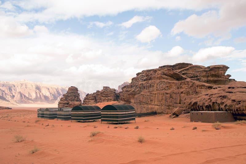流浪的旅游阵营在瓦地伦沙漠,约旦 免版税库存图片