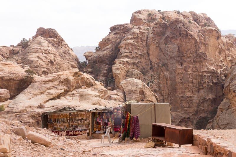 流浪的销售的纪念品摊, Petra暗藏的城市,约旦 免版税库存照片