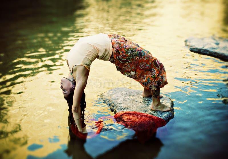 流瑜伽妇女 免版税库存照片
