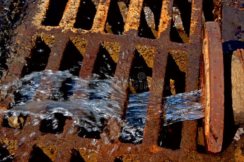 流的液体用管道输送下水道浪费 库存照片