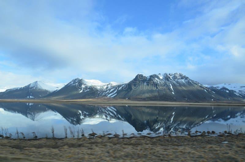 流纹岩山的镜象在冰岛 库存照片
