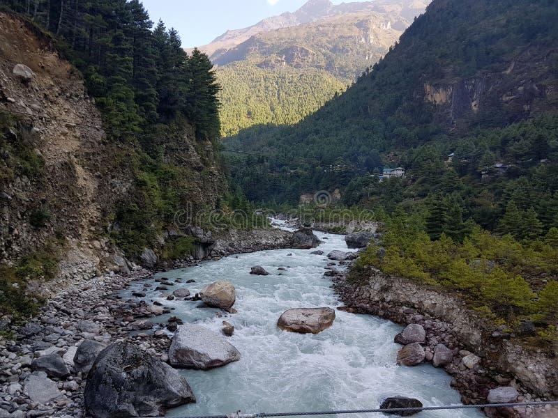 流经一个喜马拉雅谷的河 免版税库存照片