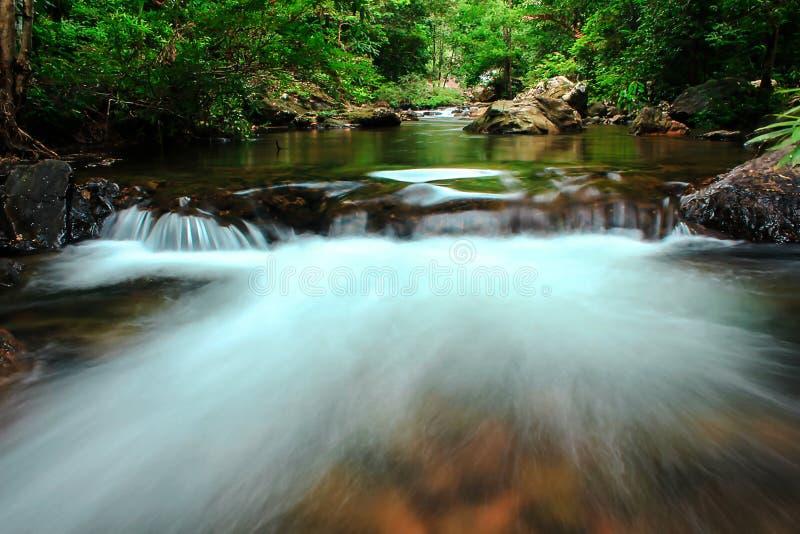 流经岩石本质上的小瀑布 免版税库存照片