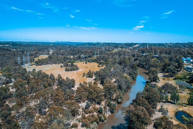 流经郊区的雅拉河看法在墨尔本 免版税库存照片