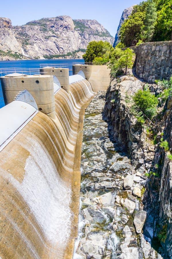 流经O'肖内西水坝溢洪道的水由于在赫奇Hetchy水库,全国的优胜美地的高水位 图库摄影
