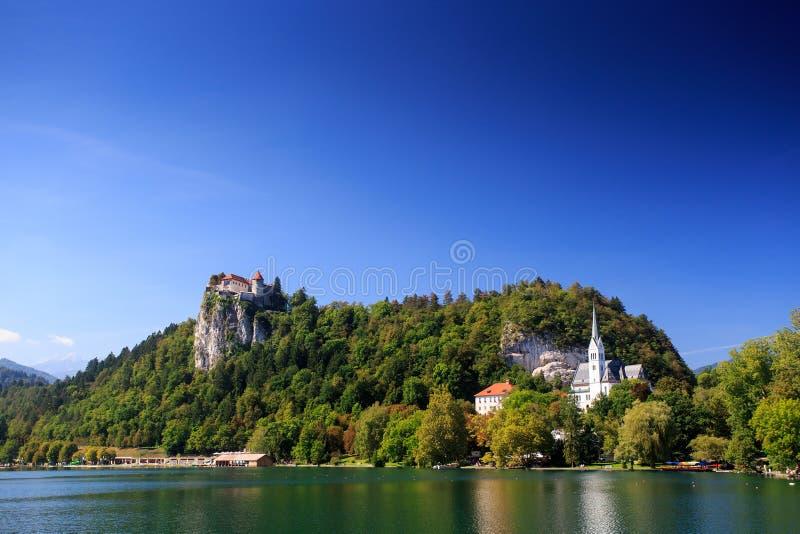流血的城堡和湖 免版税库存图片