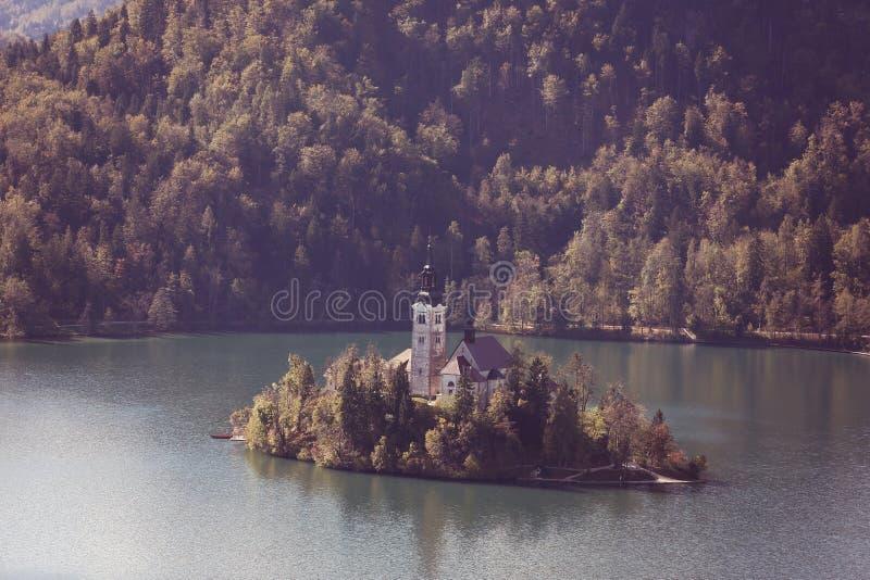 流血的城堡教会湖其他端斯洛文尼亚 图库摄影