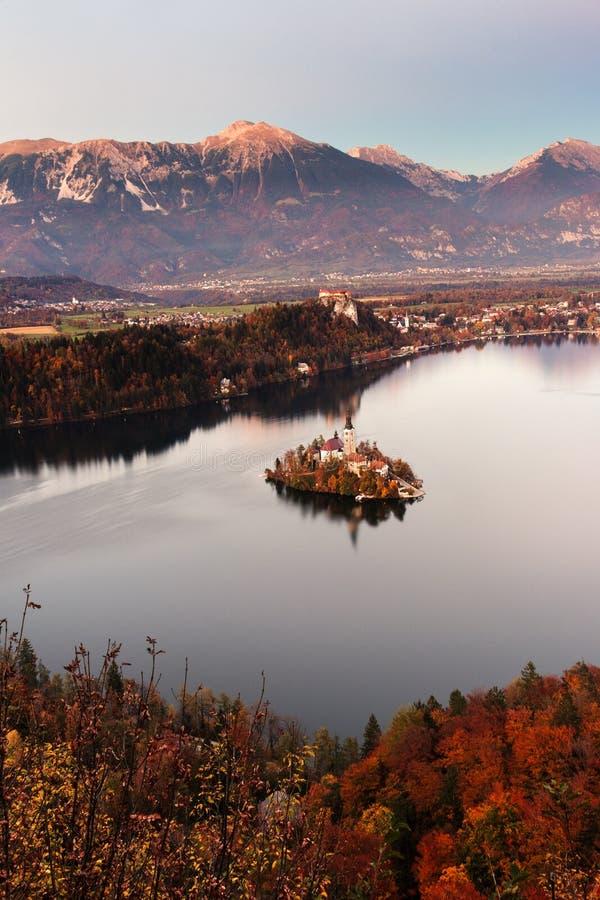 流血的湖在秋天 库存图片